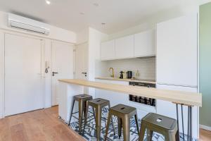 A kitchen or kitchenette at Confortable T2 climatisé - Canebière & Vieux-Port