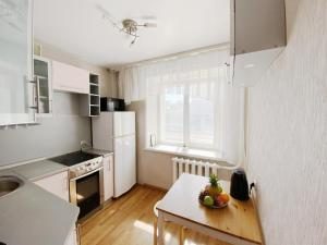 A kitchen or kitchenette at Великолепные Апартаменты в центре, Как Дома