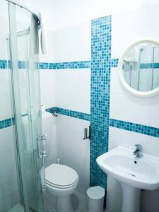 Uma casa de banho em The Story Guest House