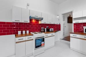 A kitchen or kitchenette at Staywhenever TS- 4 Bedroom House, King Size Beds, Sleeps 9