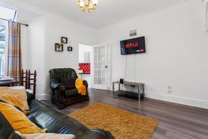A seating area at Staywhenever TS- 4 Bedroom House, King Size Beds, Sleeps 9