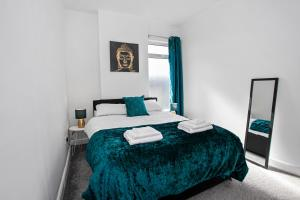 A bed or beds in a room at Staywhenever LS- 4 Bedroom House, King Size Beds, Sleeps 9