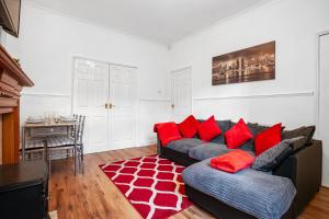 A seating area at Staywhenever MS- 4 Bedroom House, King Size Beds, Sleeps 9
