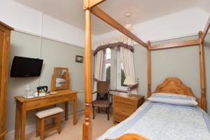 A bed or beds in a room at Chestnut Grove Bed And Breakfast