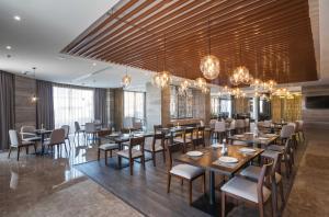 Um restaurante ou outro lugar para comer em Aber Hotel Unayzah