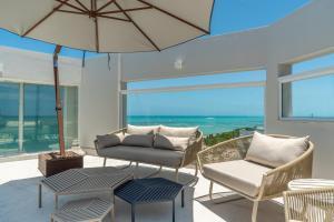 A seating area at Hotel Brisa Praia