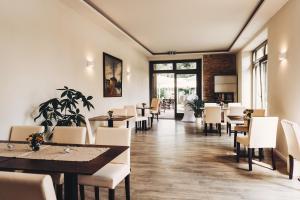 Ein Restaurant oder anderes Speiselokal in der Unterkunft Pension Alter Hafen