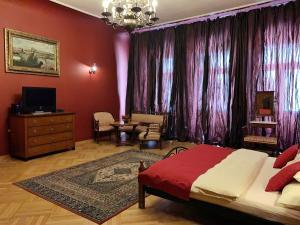 Телевизор и/или развлекательный центр в Small Luxury Palace Residence