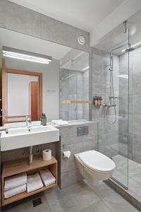 A bathroom at Icelandair Hotel Herad