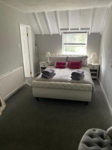 A bed or beds in a room at Carlton lodge with free parking