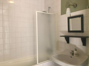 A bathroom at Les Escaliers de La Combe