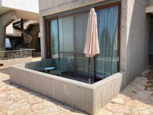 בריכת השחייה שנמצאת ב-אלמא - מלון ומרכז אומנויות או באזור