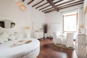 A seating area at BBHOMEROME - Ghetto Campo dei Fiori Luxury white rooms