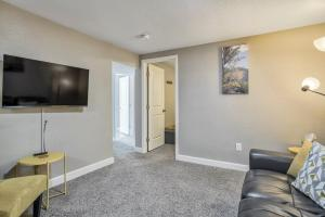 A television and/or entertainment centre at 2BR Downtown Bungalow Quiet Neighborhood