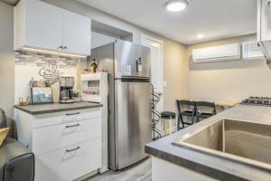 A kitchen or kitchenette at 2BR Downtown Bungalow Quiet Neighborhood