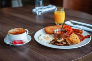 Breakfast options available to guests at Kings Hotel