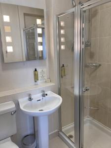A bathroom at Uplawmoor
