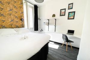 A bed or beds in a room at Large and cosy 3br flat at the doors of Panier in Marseille - Welkeys