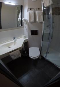 A bathroom at Logis Hotel Prime - A709