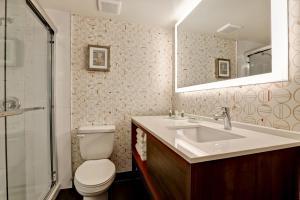 A bathroom at Holiday Inn - Ottawa Dwtn - Parliament Hill, an IHG Hotel