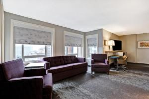 A seating area at Holiday Inn - Ottawa Dwtn - Parliament Hill, an IHG Hotel