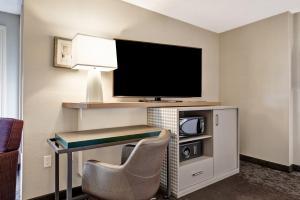 A television and/or entertainment center at Holiday Inn - Ottawa Dwtn - Parliament Hill, an IHG Hotel