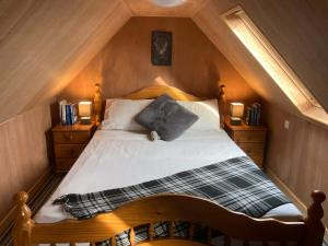 A bed or beds in a room at Mosslodge Retreat