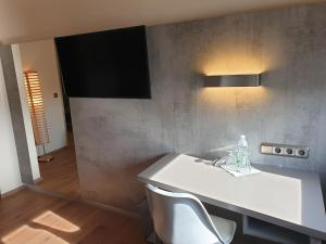 A television and/or entertainment center at Das Reinisch Just Rooms