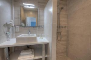 A bathroom at Hôtel Le Nautile