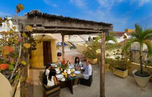 A family staying at Casa Pombo