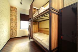 Двухъярусная кровать или двухъярусные кровати в номере Stalker Hotel & Hostel