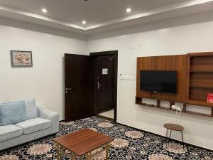 Uma TV ou centro de entretenimento em واجهة نجران للوحدات السكنية