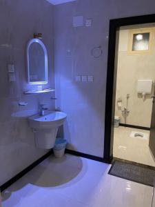 Um banheiro em واجهة نجران للوحدات السكنية