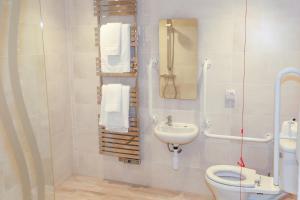A bathroom at Duck Bay Hotel & Restaurant
