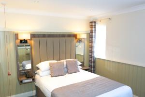 A bed or beds in a room at Duck Bay Hotel & Restaurant