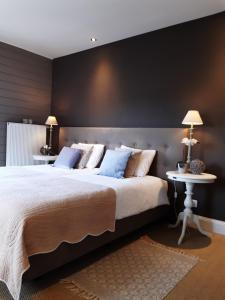 Een bed of bedden in een kamer bij Casa-Cosi, holiday apartments & business flats with parking and private terrace in shared garden with seasonal pool and sauna included, minishop available for meals and breakfast or order breakfast basket