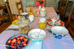 Breakfast options available to guests at Walnut Tree Cottage