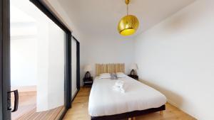 A bed or beds in a room at La Bonne Brise - Superbe loft avec terrasse à 2 minutes de la plage