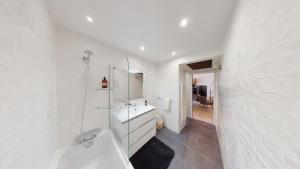 A bathroom at La Bonne Brise - Superbe loft avec terrasse à 2 minutes de la plage