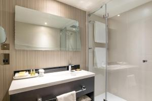 A bathroom at Hilton London Heathrow Airport