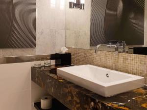 A bathroom at Sofitel Warsaw Victoria