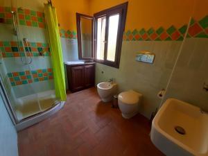 A bathroom at La Fattoria Delle Tartarughe