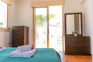 A bed or beds in a room at Dafni Villa Ekaterina 3 bdrm