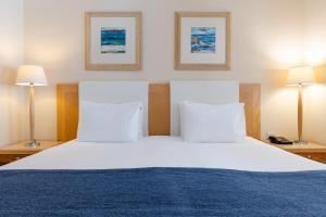 Łóżko lub łóżka w pokoju w obiekcie Maritim Antonine Hotel & Spa