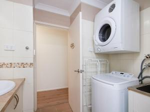 A bathroom at Kirra Vista Apartments Unit 18 - Right on the Beach in Kirra with free Wi-Fi