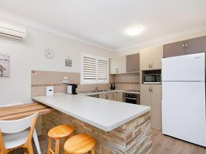 A kitchen or kitchenette at Kirra Vista Apartments Unit 18 - Right on the Beach in Kirra with free Wi-Fi