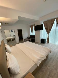 A bed or beds in a room at Hotel Zimbru Snagov