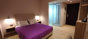 Ένα ή περισσότερα κρεβάτια σε δωμάτιο στο Sonia Hotel & Suites