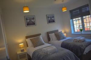A bed or beds in a room at Bright and airy house to rent in Aylesbury