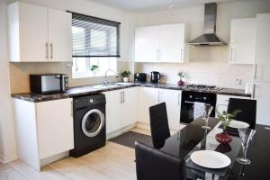 A kitchen or kitchenette at Bright and airy house to rent in Aylesbury